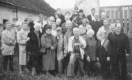 Setkání rozvětveného rodu Paleczků v Chlumci (Raimund Paleczek první zprava v první řadě)