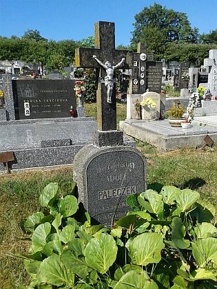 Hrob schwarzenberského hajného Adolfa Paleczeka (1837-1910) na hřbitově vKájově...