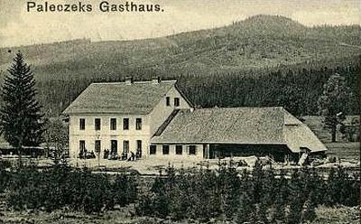 Na výřezu pohlednice Josefa Seidela z roku 1912 je hostinec Paleczek vČerném kříži, založený Franzem Paleczkem - jako penzion sobčerstvením pro turisty slouží i dnes