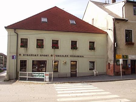 """Dům čp. 50 na hornoplánském náměstí, kde jeho rodiče vedli hostinec """"Zum Böhmerwald"""""""