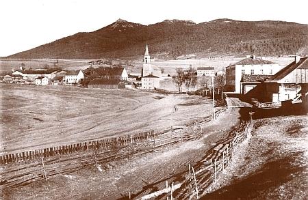 """Lohberg, o kterém se také píše v popisu jeho """"vandrovních let"""", na staré pohlednici s horou Javor v pozadí"""