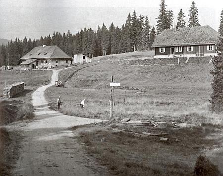 Roklanská chata Klubu československých turistů (vpravo)  a Roklanská hájenka na meziválečném snímku (viz i Franz Kortus)