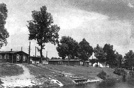 """Snímek českobudějovického """"internačního střediska"""" na břehu Malše, předtím tábora """"Říšské pracovní služby"""""""