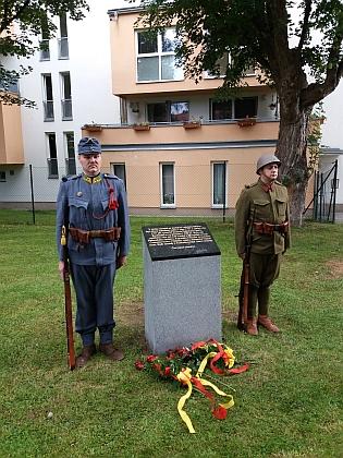 Osudy toho místa byly pohnuté po dlouhá léta: v západní části zakresleného území u Plavské silnice fungovalo v letech 1797-1957 vojenské pohřebiště, kde bylo pochováno 220 příslušníků rakousko-uherské armády, armády ČSR a německé branné moci, jejichž ostatky zde dodnes odpočívají, v roce 1945 zde byli v neoznačených hrobech u hřbitovní zdi pohřbeni i popravení kolaboranti, odsouzení Mimořádným lidovým soudem - po stavbě přilehlých kasáren Pohraniční stráže (dnes Policie ČR) byly v šedesátých letech 20. století zlikvidovány náhrobky a v průběhu dalších let i hřbitovní zdi; od roku 2018 připomíná místo hřbitova pamětní deska