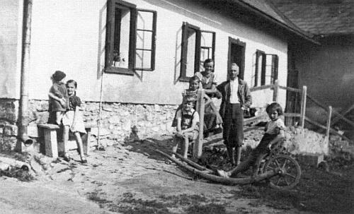 ... a ještě jednou s rodinou jeho bratra Franze (sloužil tu v letech 1929-1945)