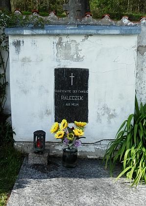 Na hřbitově v Horní Plané se zachoval hrob rodiny Paleczekovy z Jelmu