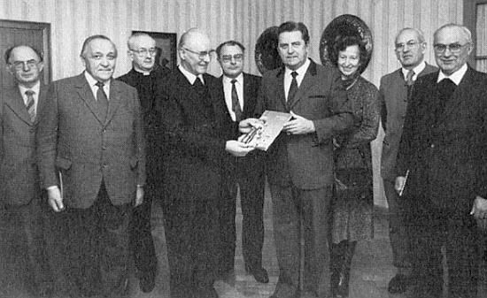 Programová komise oslav výročí budějovické diecéze roku 1985 s tehdejším pasovským starostou Höslem - zleva Anton Haas, Rudolf Paleczek, Franz Irsigler, Johannes Barth, Alois Harasko, Gertrud a Ernst Irsiglerovi, úplně vpravo pak Anton Grillinger