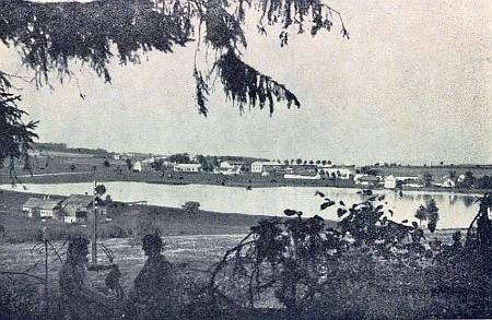 """To on inicioval stavbu železnice z Certlova (dnes Rybník) k""""Lipenskému zdvihu"""" - snímek zachycuje někdejší Certlov se dvěma ženami v popředí, z nichž ta nalevo byla vzáří roku 1945 podle popisky pod snímkem vkrajanském časopise zavražděna ruskými vojáky i se svou šestiletou dcerou"""