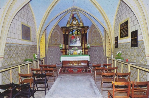 Před oltářem hřbitovní kaple sv. Anny na nádvoří vyšebrodského kláštera leží pochován on a také opat Leopold Wackarž