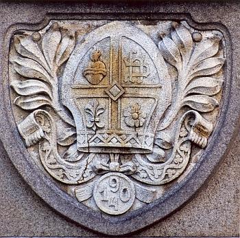 Znak opata Brunona Pammera nad vchodem do novorománské přístavby vyšebrodské zpovědní kaple