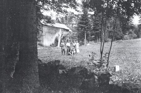Jiný záběr pily s náhonem ve Lhotě zachycuje vpředu napravo i hraniční kámen, který byl po druhé světové válce vlastní příčinou zániku všeho kolem