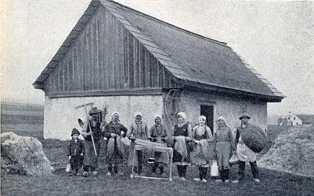 Pazderna při jeho rodném Hodňově a místní, pro něž kdysi pěstování lnu tolik znamenalo