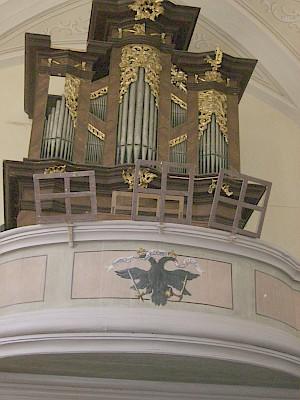 Interiér a varhany kostela Nejsvětejší Trojice v Hodňově