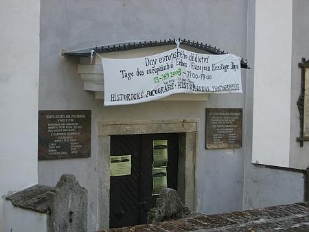Vchod do kostela v Hodňově na snímku ze září roku 2008