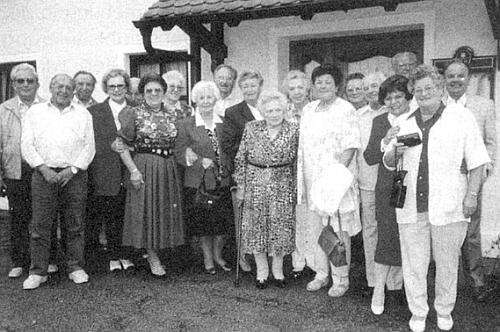 Pepi Pangerlová uprostřed spolurodáků ze Zelené Lhoty v roce 2000 vbavorském Echingu