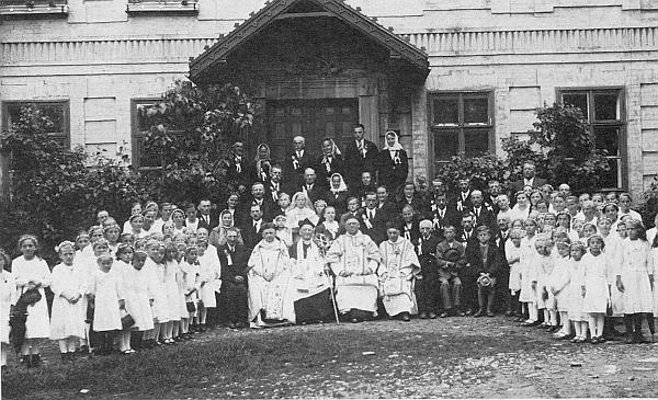 Tady sedí vedle jubilujícího faráře Donabauera, ve skupině kněží prvý zleva, na snímku z roku 1939 před farou v Malšíně
