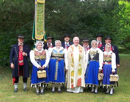 """Krojová skupina """"Immergrün"""" mu roku 2010 udělila ve Straubingu diplom o čestném členství"""