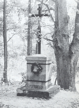 Obnovený kříž u Dvorečné (Kleinuretschlag), který v červenci 1999 osobně vysvětil