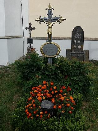 Hrob rodiny Panhölzlovy na upraveném hřbitově ve Světlíku