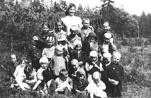 Děti z mateřské školy v zaniklém rodném Černíkově někdy za války