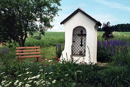 Polní kaple u Světlíku směrem k zaniklému Černíkovu před opravou a po ní