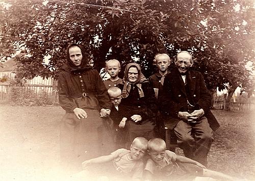 Rodina Panhölzlova z Černíkova čp. 1