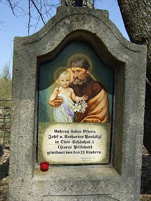 Tato boží muka v zaniklém Horním Přísahově, obnovená jako tolik jiných v okolí péčí konzulenta Wernera Lehnera z Bad Leonfelden, věnovalo 13 dětí Josefa a Kathariny Panhölzlových památce milovaných rodičů