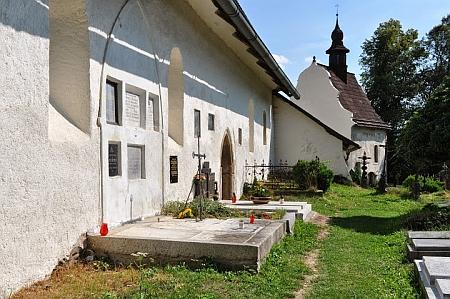 Dva snímky ze hřbitova v Kašperských Horách s náhrobky několika příslušníků rodiny Kreussovy, z níž pocházela jeho žena     - naproti tomu místu stával Panniho hrob s prostým dřevěným křížem a tújí vedle něho