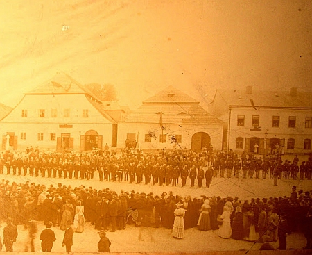 Hasičská slavnost v Kašperských Horách někdy koncem 19. století
