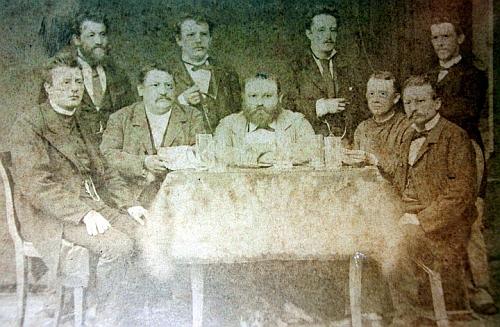 Na tomto skupinovém snímku sedí Engelbert Panni údajně v prvé řadě mezi panem vikářem a starostou Kreussem