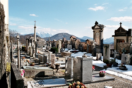 Hřbitov v Astano ve švýcarském kantonu Tessin (Ticino), kde bychom nalezli i jeho hrob