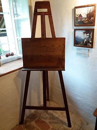 Stifterův malířský stojan a ukázky jeho maleb, jak jsou vystaveny ve spisovatelově rodném domě v Horní Plané