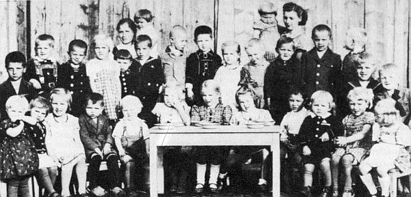 Na snímku dětí z mateřské školky v Schönau (dnes Pěkná) z roku 1941 je Robert Pany čtvrtý zprava
