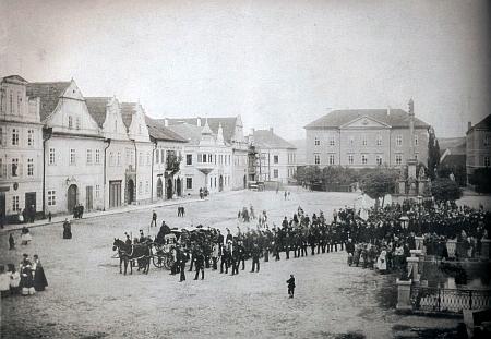 Pohřeb purkmistra Petera Paschera, který skonal 10. září 1892, na náměstí ve Stříbře, velká budova v pozadí sloužila od roku 1870 zdejšímu gymnáziu