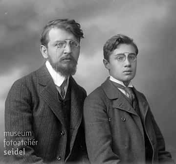 Na snímku z fotoateliéru Seidel s datem 10. listopadu 1907, snad se svým synem     (o Pascherově prvním manželství Neue Deutsche Biographie nic neví, až o druhém)