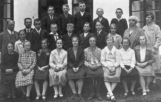 Dva snímky glöckelberských učitelů a žáků (ročník 1915 a 1924)
