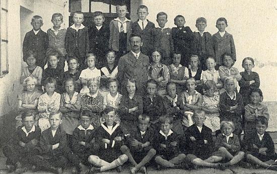 Se žáky školy v Malontech roku 1931