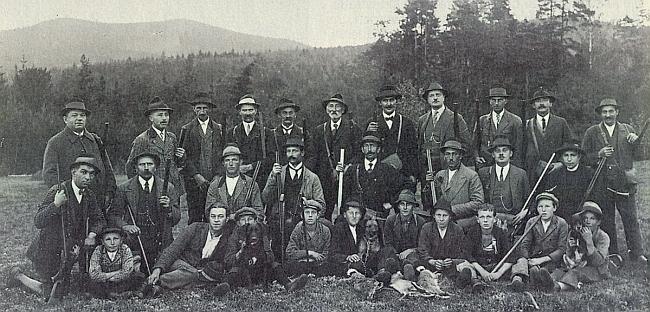 Mezi venkovskými myslivci v Hartunkově pod Novohradskými horami v roce 1929 sedí druhý zprava vedle pátera Matschiho