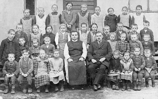 Tady je zachycen s pátou třídou obecné školy v Rychnově u Nových Hradů a páterem Placidem Windhagerem roku 1928 (viz i Johann Märten)