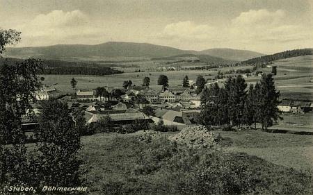 Hůrka na starých pohlednicích, v pozadí té spodní, jejímž autorem je Johann Mayer, vidíme vrcholy Smrčiny (Hochficht) a Plechého (Plöckenstein)