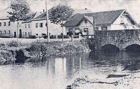 Kdysi Hůrkou tekl do Vltavy pod tímto kamenným mostem Jelmský potok (Reith či Melmer Bach), ústící dnes do Lipenského jezera pod jménem Ostřice (viz i Gustav Stifter)