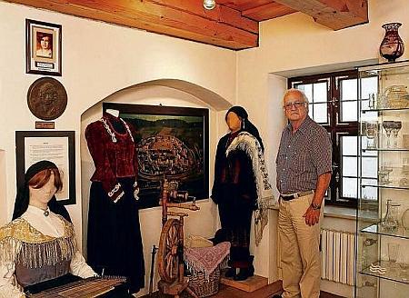 V expozici Heimatmuseum Niemes-Prachatitz v Ingolstadtu v roce 2013 (viz i Ria Mertlová)