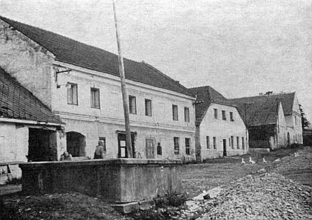 Rodný dům čp. 4 jejího praděda Aloise Steinbrennera v Pravětíně vlevo za kašnou na staré fotografii
