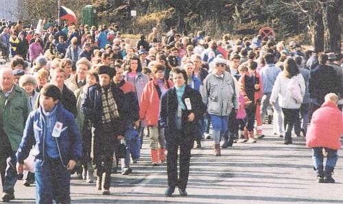3. února 1990 - desetitisíce lidí putují po letech poprvé z Bavor do Čech a obráceně mezi oběma Železnými Rudami