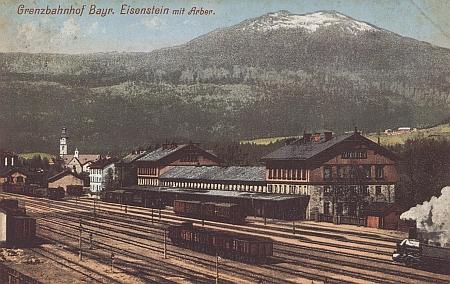 Pohlednice (1909) Josefa Seidela s nádražím v Železné Rudě, tehdy na hranici Německa a Rakouska-Uherska,  s Javorem v pozadí