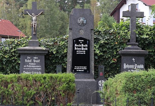 Hroby rodiny Paulikovy na hřbitově v Horní Vltavici