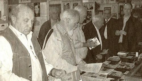 Při návštěvě Šumavského muzea ve Vídni ho vidíme vpředu vlevo