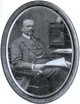 Jeho děd Rudolf Paulik (1863-1925) nasnímku doprovázejícím     článek o něm vkrajanském měsíčníku