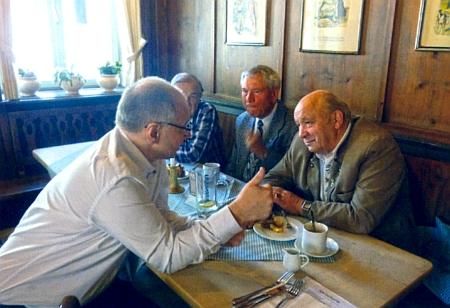 V hostinci Daniel v bavorském Ingolstadtu, patronátním městě šumavských vyhnanců     z okresu Prachatice, naslouchá Gernotu Peterovi, sedícímu naproti němu
