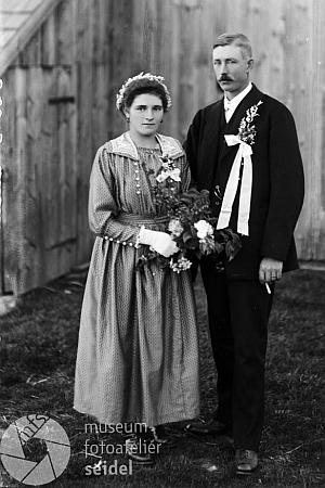 Dvě svatební fotografie rodičů z českokrumlovského fotoateliéru Josefa Seidela, pořízené 19. října roku 1921 zřejmě přímo v Řasnici (Pumperle) u čp. 24